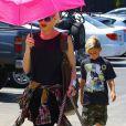 Gwen Stefani profite d'une journée ensoleillée pour emmener ses enfants Zuma et Kingston ainsi que son époux Gavin Rossdale dans un centre commercial. Los Angeles, le 9 Juin 2013.