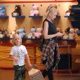 Gwen Stefani et son fils Zuma dans un centre commercial à Los Angeles, le 9 Juin 2013.