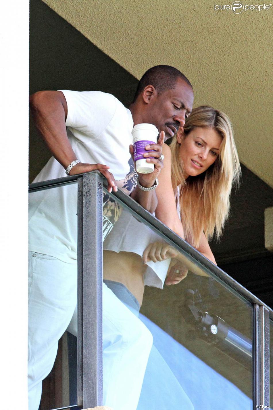 Eddie Murphy et sa petite amie Paige Butcher surpris au balcon de leur chambre d'hôtel à Maui. Hawaï, le 11 juin 2013.