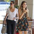 Teri Hatcher avec sa fille Emerson dans le quartier de Studio City à Los Angeles, le 12 juin 2013.