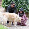 Premières photos de l'actrice Jennifer Love Hewitt, enceinte avec son fiancé Brian Hallisay lors d'une promenade romantique à Florence, le 31 mai 2013. Le couple s'est arrêté pour jouer avec un chien