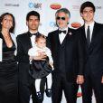 Andrea Bocelli en famille avec son épouse Veronica, leur fille Virginia (1 ans) et ses deux grands fils nés de son premier mariage, Amos (18 ans) et Matteo (15 ans) lors d'un gala de charité à Los Angeles le 8 juin 2013.