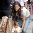 Veronica, épouse d'Andrea Bocelli, fait marcher leur petite Virginia, 1 an, à Beverly Hills le 7 juin 2013 après un déjeuner en famille chez Il Pastaio
