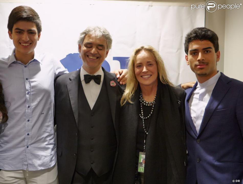 Andrea Bocelli félicité dans sa loge par ses fils Amos et Matteo ainsi que Sharon Stone, le 10 juin 2013 après son concert à l'Hollywood Bowl, à Los Angeles.