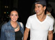 Mario Lopez tout en sourire et en muscles au côté de sa compagne enceinte