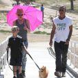 """""""Exclusif - Gwen Stefani et Gavin Rossdale baladent leur chien avec leur fils Kingston à Beverly Hills, le 17 juin 2013."""""""