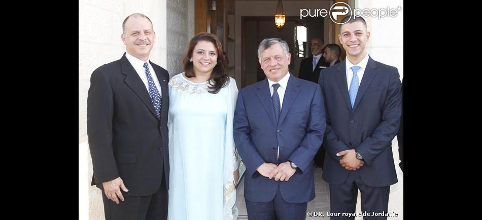 Le roi Abdullah II de Jordanie avec sa nièce la princesse Ayah, au bras de son père le prince Feisal, et son compagnon Mohammed Halawani. La cour royal hachémite a annoncé le 8 juin 2013 les fiançailles du jeune couple.