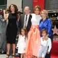 """Jennifer Lopez pose avec ses parents, David Lopez et Guadalupe Rodriguez, ses enfants, Max Anthony et Emme Anthony, et sa soeur Linda Lopez sur le """"Walk of Fame"""" à Hollywood, le 20 juin 2013."""
