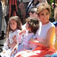 """Jennifer Lopez reçoit son étoile sur le """"Walk of fame"""" devant ses enfants Max et Emme à Hollywood, le 20 juin 2013."""