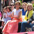 """Jennifer Lopez avec son petit ami Casper Smart et ses enfants Max Anthony et Emme Anthony à la remise de l'étoile de Jennifer Lopez sur le """"Walk of Fame"""" à Hollywood, le 20 juin 2013."""