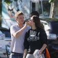 Nick Carter des Backstreet Boys avec sa fiancée Lauren Kitt dans les rues de Los Angeles, le 19 juin 2013.