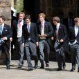 Le marié, Thomas van Straubenzee (à gauche) avec le prince Harry lors du mariage de Lady Melissa Percy, fille du duc de Northumberland, et de Thomas van Straubenzee à Alnwick en Angleterre le 22 juin 2013