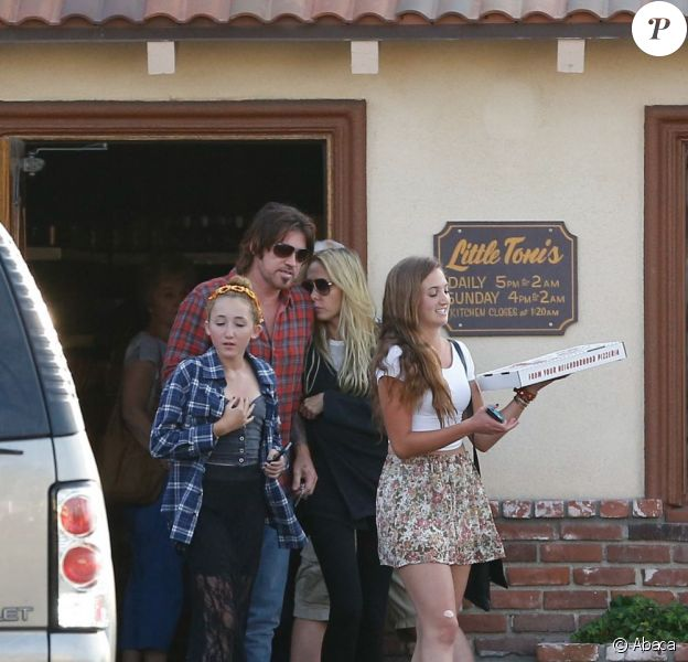 Billy Ray Cyrus et sa future ex-femme Tish se montrent particulièrement proches lors d'une sortie au restaurant avec leur fille Noah, à North Hollywood, le 23 juin 2013.