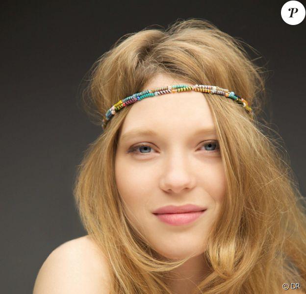 """Léa Seydoux prend la pose pour soutenir le """"Bracelet Magic"""" de Claudie Pierlot. Juin 2013."""