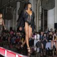 Naomi Campbell défile lors de la présentation Atelier Versace à Paris. Le 30 juin 2013.