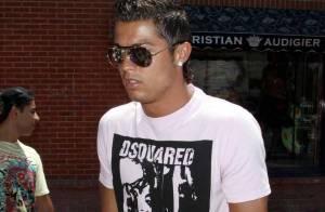 PHOTOS : Cristiano Ronaldo, shopping en béquilles... mais pas en solo !
