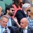 Anna Wintour en compagnie de Jude Law et Simon Hammerstein dans la loge royale à Wimbledon au All England Lawn Tennis and Croquet Club le 5 juillet 2013