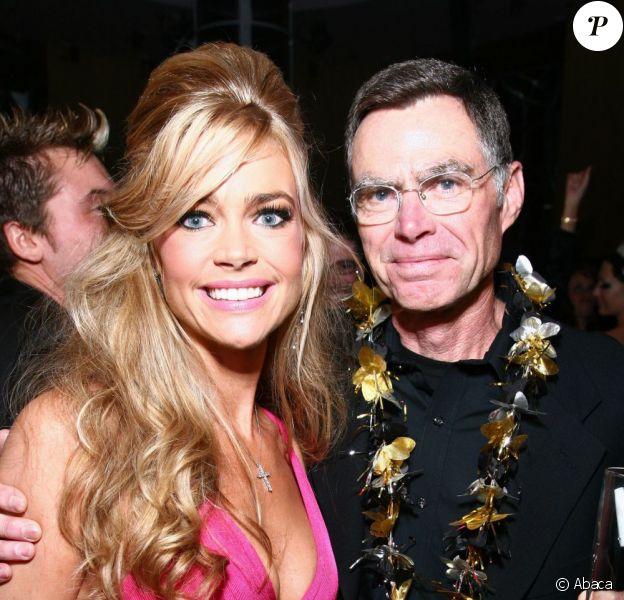 Denise Richards et son père Irv Richards à Las Vegas en 2008.