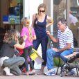 Brooke Mueller, Denise Richards, leurs enfants respectifs, Bob, Max, Eloise, Sam, Lola, et le père de l'actrice Irv, à Los Angeles, le 10 septembre 2012.