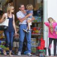 Denise Richards, son père Irv, et les enfants. A Los Angeles, en septembre 2012.