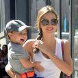 La jolie Miranda Kerr et son fils Flynn à Chelsea, à New York, le 8 juillet 2013.