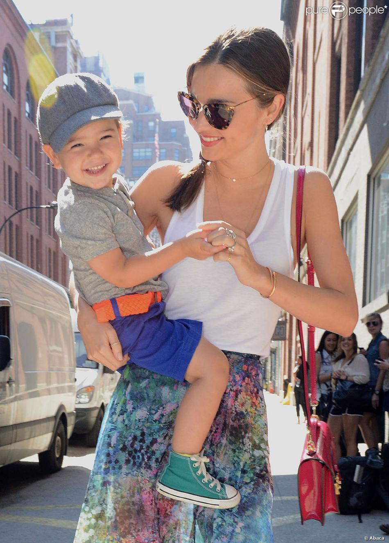 Miranda Kerr et son fils Flynn à Chelsea, à New York, le 8 juillet 2013.