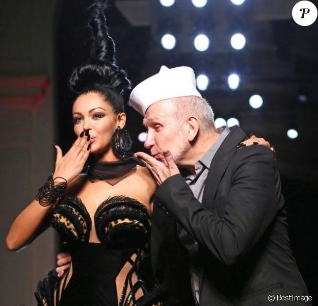 Nabilla et Jean-Paul Gaultier en personne lors du défilé Jean-Paul Gaultier pendant la Fashion Week haute couture automne-hiver 2013-2014 à Paris, le 3 juillet 2013
