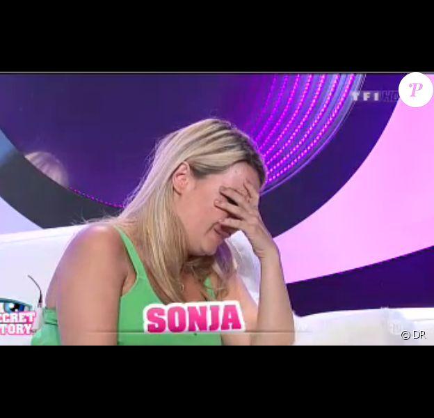 Sonja pleure dans la quotidienne de Secret Story 7 sur TF1 le lundi 8 juillet 2013