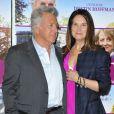 """Dustin Hoffman et sa femme Lisa Hoffman lors de l'avant-première du film """"Quartet"""" à Paris, le 26 mars 2013"""