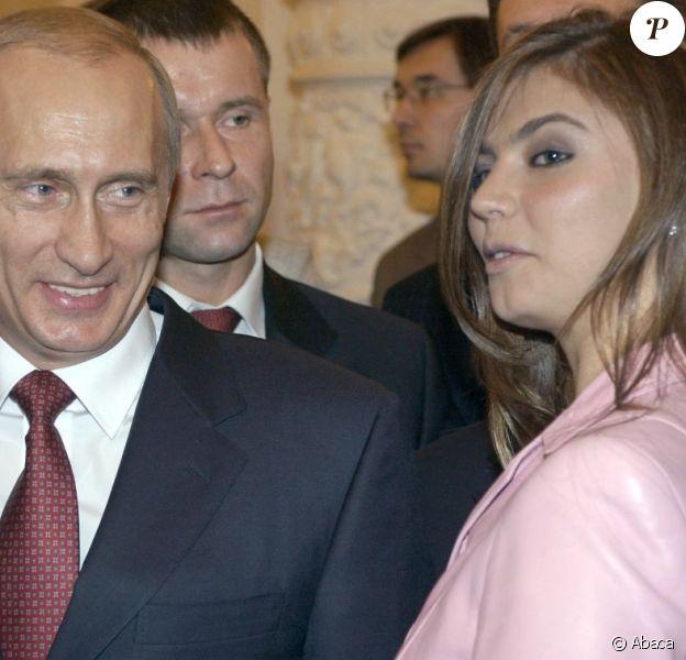 Vladimir Poutine et la championne olympique Alina Kabaeva lors d'une rencontre organisé entre le président russe et les mdéaillés olympique d'Athènes le 4 novembre 2004 à Moscou