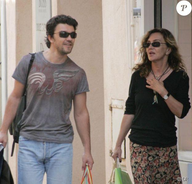 Nicolas Poiret, fils de Jean Poiret, et sa mère l'actrice Caroline Cellier à Saint-Tropez en 2005