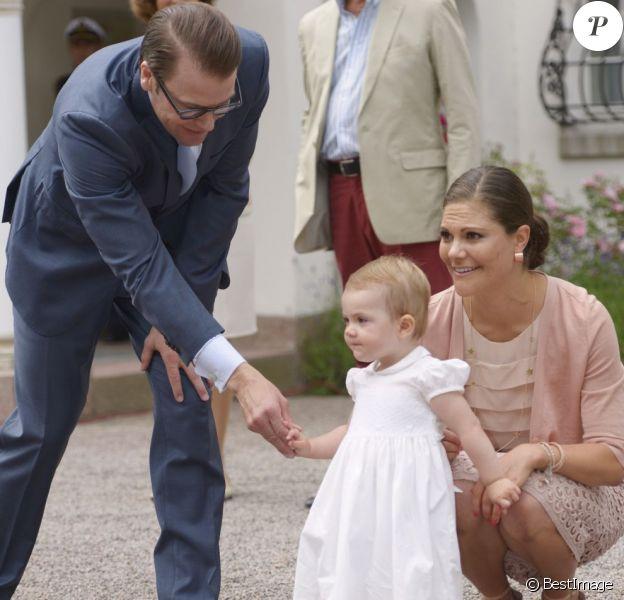 Estelle, 17 mois, est déjà prête à aller à la rencontre de son public. La princesse Victoria de Suède fêtait son 36e anniversaire le 14 juillet 2013 à Solliden, la résidence royale sur l'île d'Öland, en compagnie du roi Carl XVI Gustaf, de la reine Silvia, du prince Daniel et de leur fille la princesse Estelle, qui a encore une fois charmé le public.