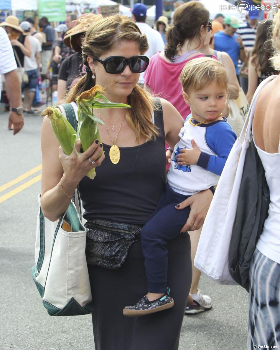 Selma Blair et son fils Arthur au Farmer's Market à Studio City, le 14 juillet 2013. Après quelques courses sur le marché avec sa maman, le petit garçon a eu la chance d'approcher des animaux.