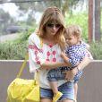 Selma Blair, devenue blonde, se promène avec son fils Arthur à Los Angeles, le 11 juillet 2013.