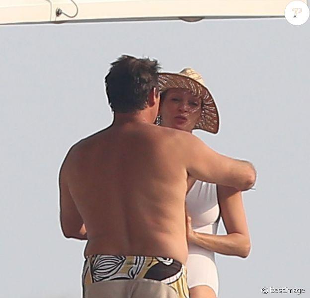 Uma Thurman et son compagnon Arpad Busson se câlinent à bord du yacht Komboloi II à Saint-Tropez, le 14 juillet 2013.