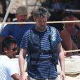 Matthew Perry écoute les conseils du staff avant de partir en ballade en scooter des mers en compagnie d'une amie le 12 juillet 2013 à Cabo San Lucas