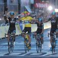 Chris Froome et ses partenaires de la Sky franchissent la ligne d'arrivée du Tour de France, le 21 juillet 2013