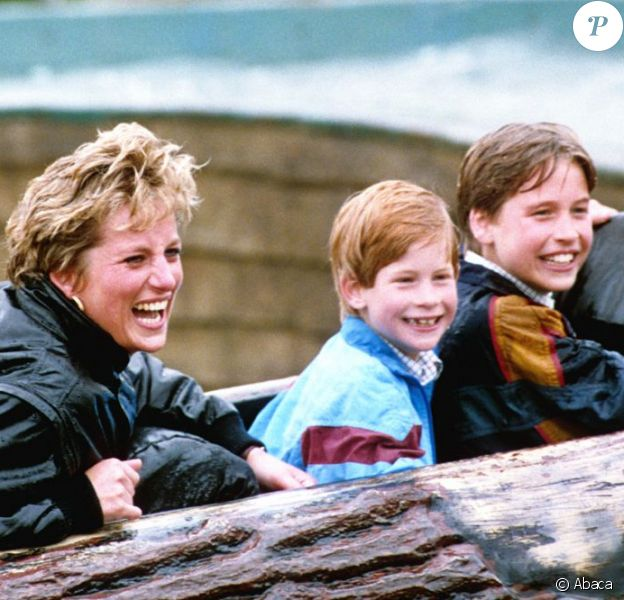 La princesse Diana et ses fils William et Harry s'éclatent au parc d'attractions Thorpe le 13 avril 1993.