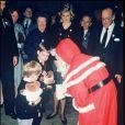 Rencontre avec le père Noël pour les princes Harry et William lors d'une compétition hippique, sous l'oeil de la princesse Diana, le 17 décembre 1988