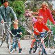 Charles et Diana avec les petits princes Harry et William à vélo en vacances dans les îles Scilly en juin 1989