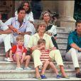 Le prince Charles et la princesse Diana avec William et Harry avec la famille royale d'Espagne (Juan Carlos, Sofia, Felipe et Elena) en août 1987.