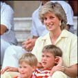 Lady Di avec les princes William et Harry à Majorque en juillet 1987