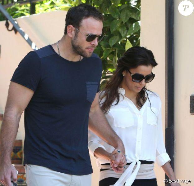 Eva Longoria et son petit ami Ernesto Arguello visitent une maison à West Hollywood, le 24 juillet 2013.