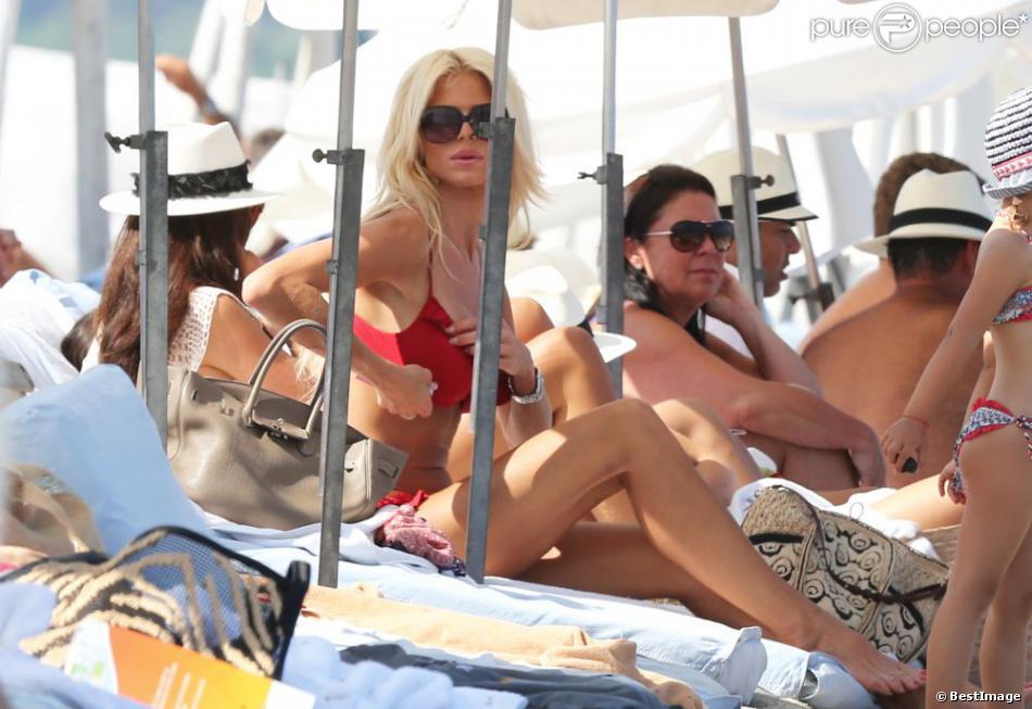 Victoria Silvstedt, ravissante en bikini, se détend au Club 55. Ramatuelle, le 25 juillet 2013.