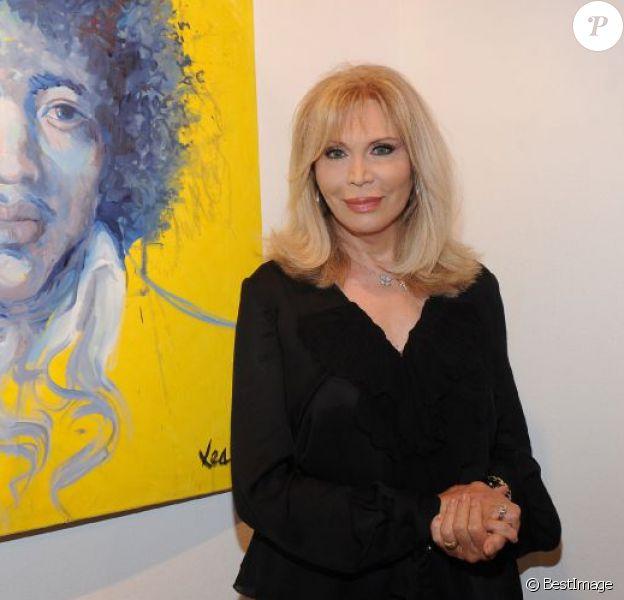 Amanda Lear expose ses toiles lors du vernissage de son exposition intitulé Visioni, à Milan, en Italie, le 31 juillet 2013.