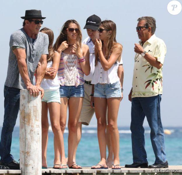Sylvester Stallone avec ses trois filles Sophia, Sistine et Scarlet, arrivant au club 55 à Saint-Tropez le 4 août 2013