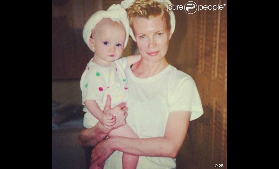 Ireland Baldwin a publié une photo d'elle bébé dans les bras de sa mère sur son profil Instagram, le 5 août 2013.