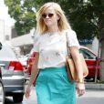 Reese Witherspoon, surprise dans le quartier de Brentwood à Los Angeles, porte un top floral Band of Outsiders, une jupe turquoise et des sandales Alexander Wang. Des lunettes Oliver Peoples, un sac Valentino et un bracelet Céline accessoirisent sa tenue. Le 2 août 2013.