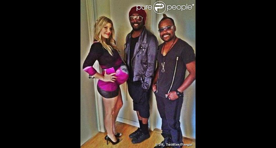 Fergie, très enceinte, a publié une photo en compagnie de willi.i.am et de apl.de.ap, ses anciens camarades des Black Eyed Peas. A Los Angeles, le 10 août 2011.