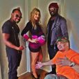 Fergie, très enceinte, prend la pose à côté de will.i.am et de apl.de.ap, ses ex-camarades des Black Eyed Peas. A Los Angeles, le 10 août 2013.